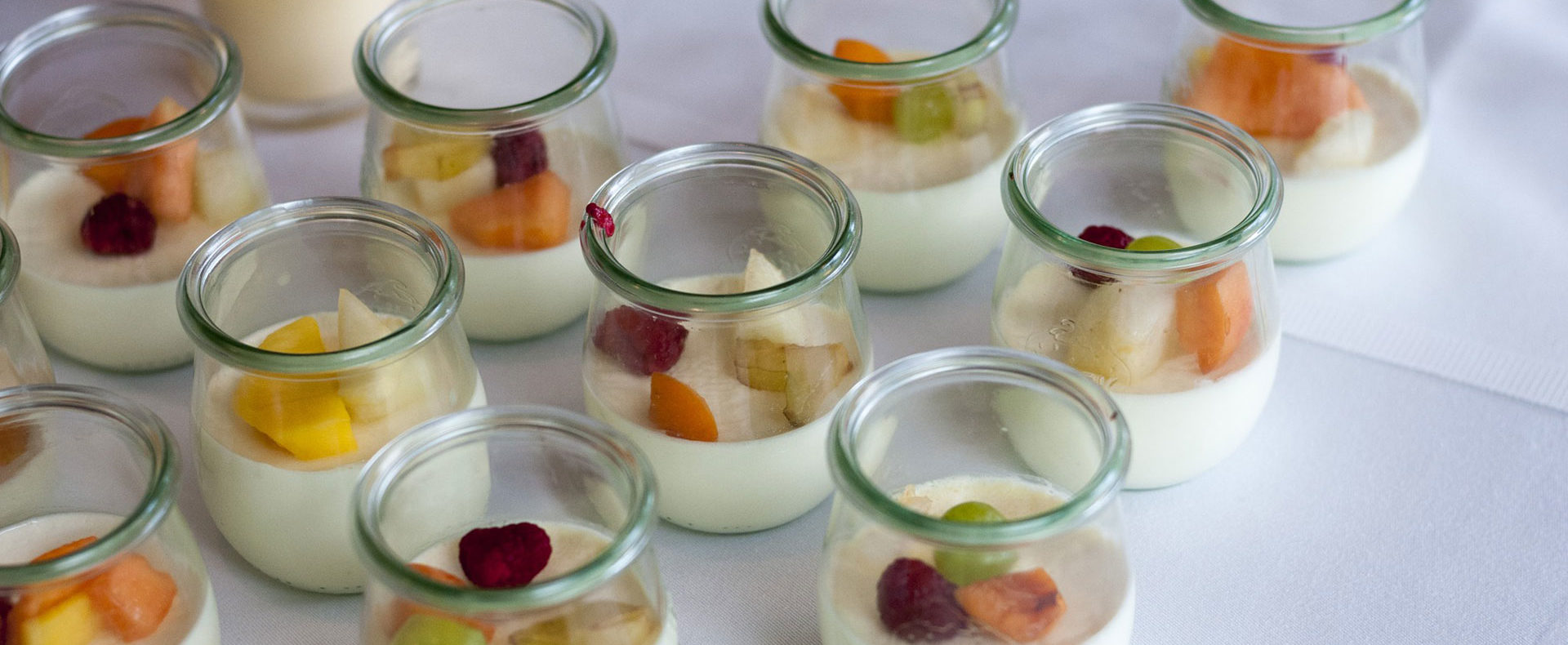 Catering / Partyservice - Joghurt-Dessert mit Früchten am Buffet